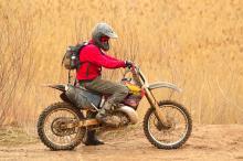 רכיבה בטוחה על אופנוע מתחילה בבחירת הקסדה הנכונה